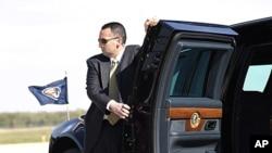 Một nhân viên bảo vệ yếu nhân đứng cạnh xe của Tổng thống Obama