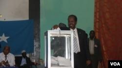 Le président Hassan Sheikh Mahamud vote dans un bureau en 2012, année de son élection.