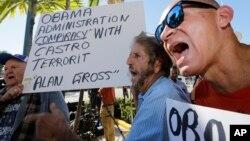 Algunos cubanos en Miami reaccionaron airadamente contra el anuncio de Obama.
