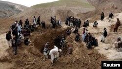 Dân làng Afghanistan đào bới tại nơi xảy ra vụ lở đất để tìm kiếm người sống sót, ngày 4/5/2014.
