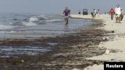 La mancha de petróleo llego hasta la playa causando un enorme daño ambiental.