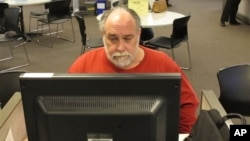 美國俄勒岡州的一名失業者在州政府辦的就業中心尋找工作(資料照片)