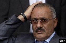 Raketa hujumida jarohatlangan Yaman rahbari mamlakatni tark etdi