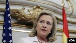 Menlu AS Hillary Clinton berbicara kepada media di istana Viana di ibukota Madrid, Spanyol (2/7).