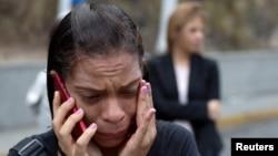 Una familiar de un preso llora frente al centro detención del Servicio Nacional Bolivariano de Inteligencia, SEBIN, en Caracas, Venezuela, donde ocurrieron disturbios el miércoles, 16 de mayo, de 2018.