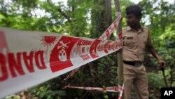 Cảnh sát điều tra hiện trường nơi một phụ nữ Ấn Độ 22 tuổi bị cưỡng hiếp tập thể tại Mahalaxmi, Mumbai, ngày 23/8/2013.