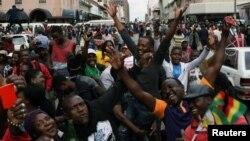 مخالفان موگابه خواستار کناره گیری او از قدرت شدند.