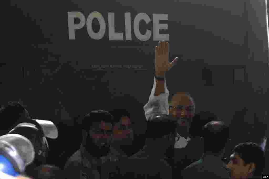 Salaudin Quader Chowdhury waves on his way into court, Dhaka, Oct. 1, 2013.