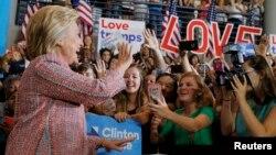 폐렴 진단 후 유세일정을 중단했던 힐러리 클린턴(왼쪽) 민주당 대통령 후보가 15일 노스캐롤라이나주 그린스보로에서 선거전에 복귀했다.