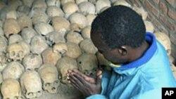 Un survivant prie sur les crânes de victimes du génocide à Nyamata, Rwanda (avril 2004)