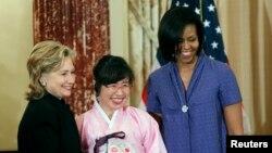 한국 내 탈북 여성 박사 1호인 이애란(가운데) 씨가 지난 2010년 3월 미국 국무부에서 '국제 용기 있는 여성 상'을 수상한 후 힐러리 클린턴 국무장관(왼쪽), 영부인 미셸 오바마 여사와 기념촬영을 했다.