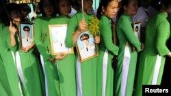 Hàng trăm ngàn người từ khắp nơi đổ về tư gia của Tướng Giáp ở số 30 Hoàng Diệu (Hà Nội) để vĩnh biệt ông.
