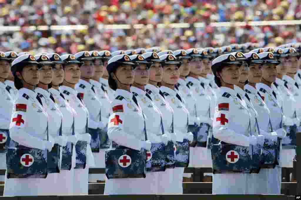 Những nhân viên quân y người Trung Quốc tham gia cuộc diễu hành kỷ niệm 70 năm Nhật đầu hàng trong Thế chiến thứ hai được tổ chức trước Cổng Thiên An Môn ở Bắc Kinh.