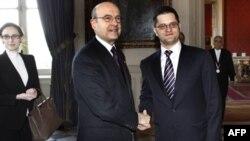 Ministri inostranih poslova Francuske i Srbije Alen Žipe i Vuk Jeremić se rukuju prilikom današnjeg susreta u Parizu, 3. mart 2011.