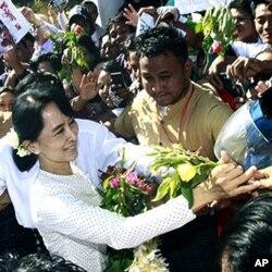 昂山素季2012年1月接受支持者的献花