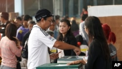 Warga setempat memasukkan surat pilihannya ke kotak suara di sebuah TPS di Bangkok, Thailand, 2 Februari 2014 (Foto: dok).