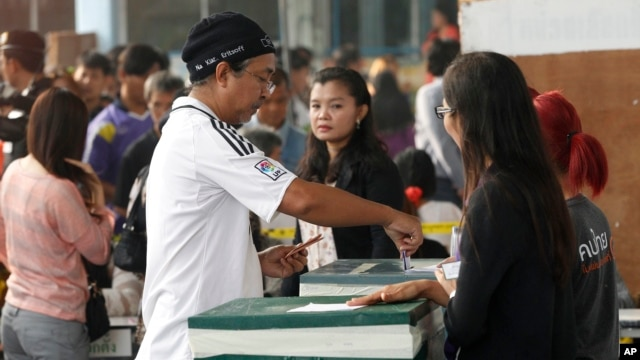 A local resident casts his ballot for the general election at a polling station in Bangkok, Feb. 2, 2014.