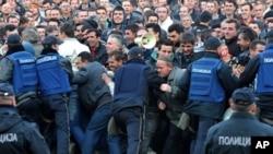 Тутунарите протесираат пред Собранието, приврзаниците на власта пред седиштето на опозицијата