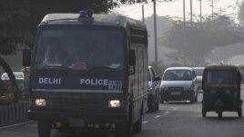 Policijski autobus kojim su, kako se veruje, optuženi silovatelji dovedeni na današnji pretres u Nju Delhiju