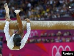 Gabby Douglas perdió el equilibrio y la oportunidad de ganar medalla.