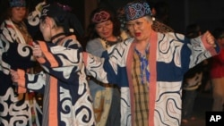 Ainu's audience enjoy in a concert of the Indigenous Peoples Summit in Sapporo, northern Japan, Friday, July 4, 2008. (AP Photo/Shizuo Kambayashi)