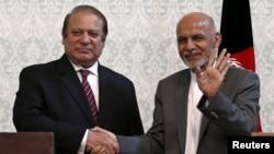 """ປະທານາທິບໍດີ ອັຟການິສຖານ ທ່ານ Ashraf Ghani (ຂວາ) ຈັບມືກັບນາຍົກລັດຖະມົນຕີ ປາກິສຖານ ທ່ານ Nawaz Sharif ຫຼັງຈາກກອງປະຊຸມຖະແຫຼງຂ່າວໃນນະຄອນຫຼວງ ກາບູລ. 12 ພຶກສະພາ, 2015. ຜູ້ນຳທັງສອງທ່ານ ຄາດວ່າຈະຈັດກອງປະຊຸມທີ່ """"ເປັນກັນເອງ"""" ກ່ຽວກັບຂອບເຂດຂອງກອງປະຊຸມສຸດຍອດ ສະພາບອາກາດປ່ຽນແປງ ຂອງອົງ ການສະຫະປະຊາຊາດ ທີ່ໄດ້ເລີ່ມຂຶ້ນວັນຈັນມື້ນີ້ ໃນນະຄອນຫຼວງ ປາຣີ ໃນວັນທີ 30 ພະຈິກ ນີ້."""
