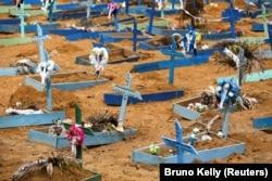 Pemandangan pemakaman Parque Taruma saat wabah COVID-19, di Manaus, Brasil 13 Mei 2020. (Foto: Reuters/Bruno Kelly)