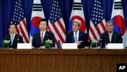 """美韓兩國外長和防長星期四在美國國務院舉行第四屆""""2+2""""部長級會議。南韓國防部長官韓民求(左一)南韓外長尹炳世(左二);美國國務卿克里(右二)美國國防部長卡特(右一)。"""