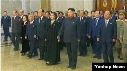 북한이 지난해 처형한 장성택의 부인이자 김정은 국방위원회 제1위원장의 고모인 김경희 당 비서의 모습을 기록영화에서 삭제했다. 사진은 김 비서(위 붉은 원안)의 모습이 포함돼 있던 지난해 12월 13일 기록영화 첫 방송분. (자료사진)