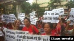 """Người dân Dương Nội kêu gọi trả tự do cho những người bị bắt giữ vì đấu tranh cho quyền sử dụng đất của người dân. Đồng Tâm và Dương Nội là 2 trong số nhiều nơi ở Việt Nam có người dân đấu tranh với chính quyền để giành lại đất đai bị mất vì những dự án mang tên """"đất quốc phòng."""""""