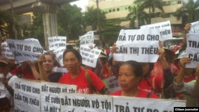 Người dân Dương Nội kêu gọi trả tự do cho những người bị bắt giữ.