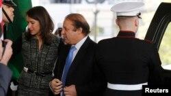 PM Pakistan Nawaz Sharif (tengah) saat tiba di Gedung Putih untuk bertemu Presiden AS Barack Obama hari Rabu (23/10).