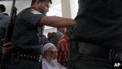 Thủ lãnh đảng Jamaat-e-Islami Ghulam Azam được đưa bằng xe lăn tới tòa án ở thủ đô Dhaka, Bangladesh, ngày 15/7/2013.