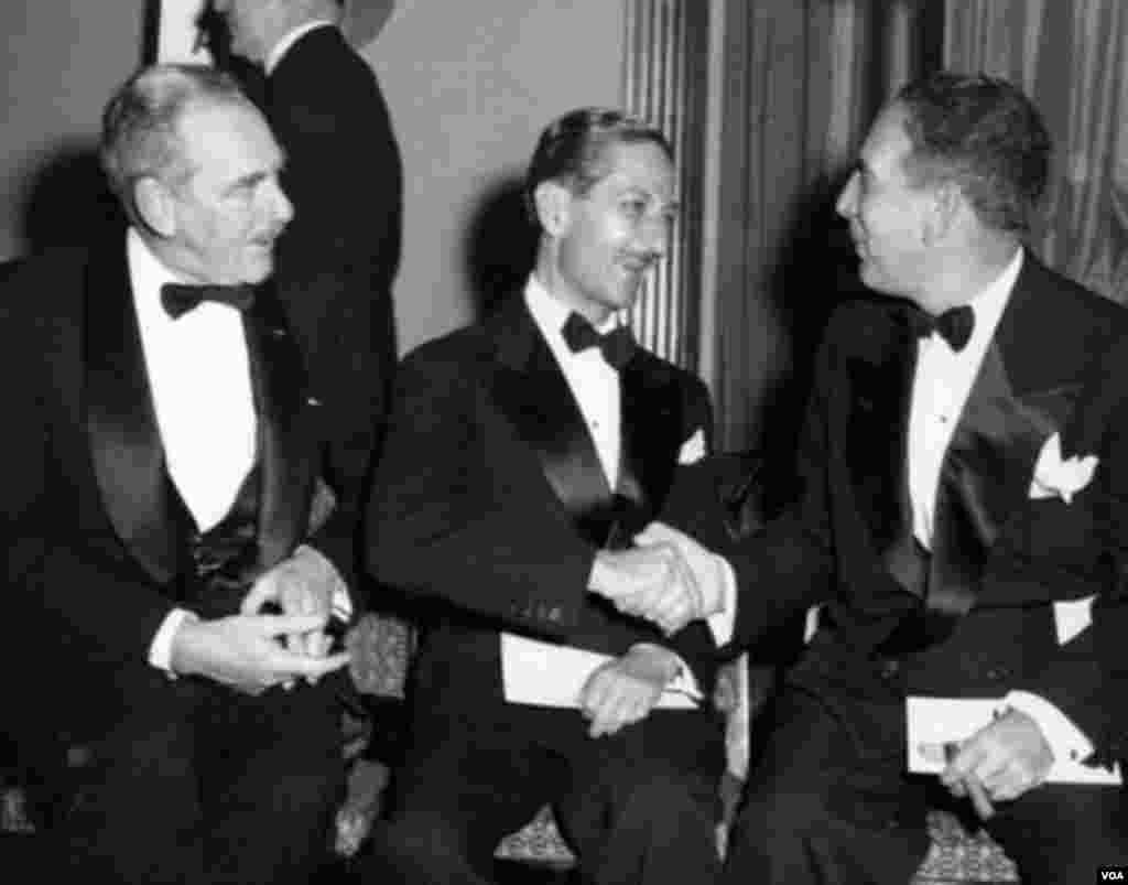نصرالله انتظام (وسط) ، دین اچسون ، وزیر خارجه آمریکا (چپ)، وینسنت ایمپلیتری، شهردار نیویورک (راست)