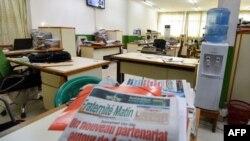 """Le journal ivoirien """"Fraternite Matin"""" lors d'une grève à Abidjan, le 5 décembre 2017."""