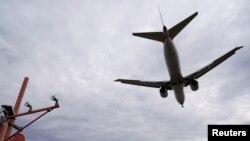 Pesawat American Airlines mendarat di Bandara Reagan, 13 Maret 2019.