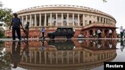 بھارت نے صدارتی حکم نامے کے ذریعے آئین کی دفعہ 370 کو منسوخ کردیا تھا۔ (فائل فوٹو)