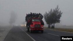 تارکین وطن سے بھرا ہوا ایک ٹرک میکسیکو کے علاقے لاس اولیوس کے راستے امریکی کی طرف سفر کر رہا ہے۔ 2 فروری 2019