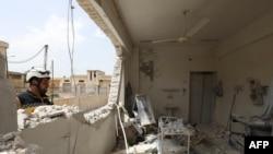 Сотрудник «Сирийской гражданской обороны» (добровольческой организации «Белые каски») осматривает руины больницы после обстрела, проведенного силами правительственных войск на юге провинции Идлиб, 30 апреля 2019 года