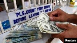 Dalam dua pekan terakhir, nilai tukar rupiah terhadap dolar Amerika terus melemah, bahkan sempat mencapai Rp 10.200 per dolar Amerika.