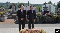 Francuski predsednik Fransoa Oland i nemački predsednik Joahim Gauk polažu vence