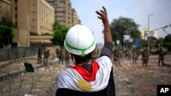 Người ủng hộ tổng thống bị lật đổ Mohamed xuống đường biểu tình tại thành phố Nasr, Cairo, ngày 9/7/2013.