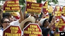 Người biểu tình Philippines bên ngoài Lãnh sự quán Trung Quốc tại khu tài chính của thành phố Makati, phía đông Manila. Philippines tố cáo đòi hỏi của Trung Quốc giành chủ quyền gần như toàn bộ Biển Đông là vi phạm Công ước Liên Hiệp Quốc về luật Biển 1982
