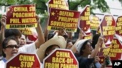 Người Philippines biểu tình bên ngoài lãnh sự quán Trung Quốc ở Makati city, phía đông thủ đô Manila