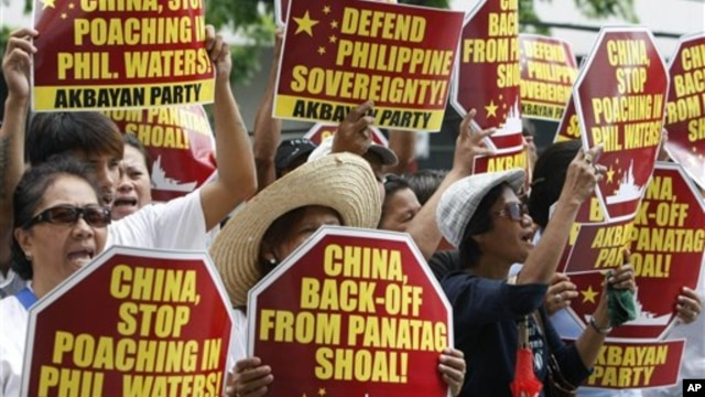 Dân Philippines biểu tình trước lãnh sự quán Trung Quốc ở thành phố Makati, phía đông thủ đô Manila.