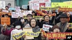 28일 서울 주재 중국대사관에서 탈북자 북송 반대 시위 중인 한국 국회 박선영 의원과 탈북 단체 관계자들.