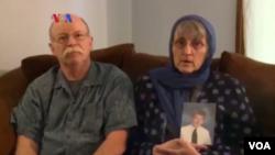 Kasigovi roditelji sa njegovom fotografijom