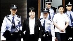 Imagen tomada de la teleivisión de Gu Kailai, segunda desde la izquierda, la exposa del político chino Bo Xilai, condenada este lunes a cadena perpetua.