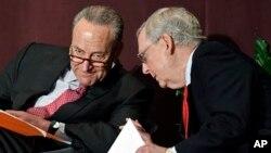 參議院少數黨領袖舒默(左)與參議院多數黨領袖麥康奈爾(右)。