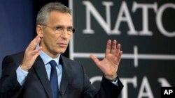 """Sekjen NATO berbicara pada konferensi pers di Brussels, Belgia (foto: dok). NATO mengkritik Rusia, menyebut pernyataan Putin soal senjata nuklir terbarunya, """"tidak dapat diterima dan kontraproduktif""""."""